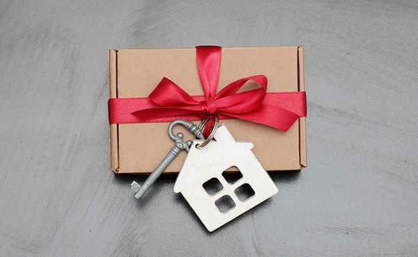 Недвижимый подарок: как правильно оформить дарственную на жилье