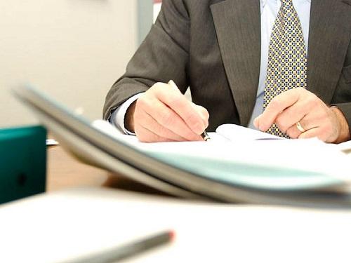 Cогласно договору купли-продажи продавец передает в собственность покупателя недвижимость, а покупатель платит за нее деньги.